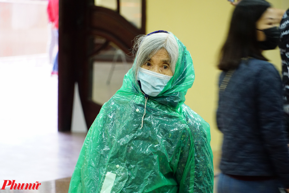 Do thời tiết mưa lạnh nên nhiều người phải mặc 2 lớp áo mưa để giữ ấm cơ thể.