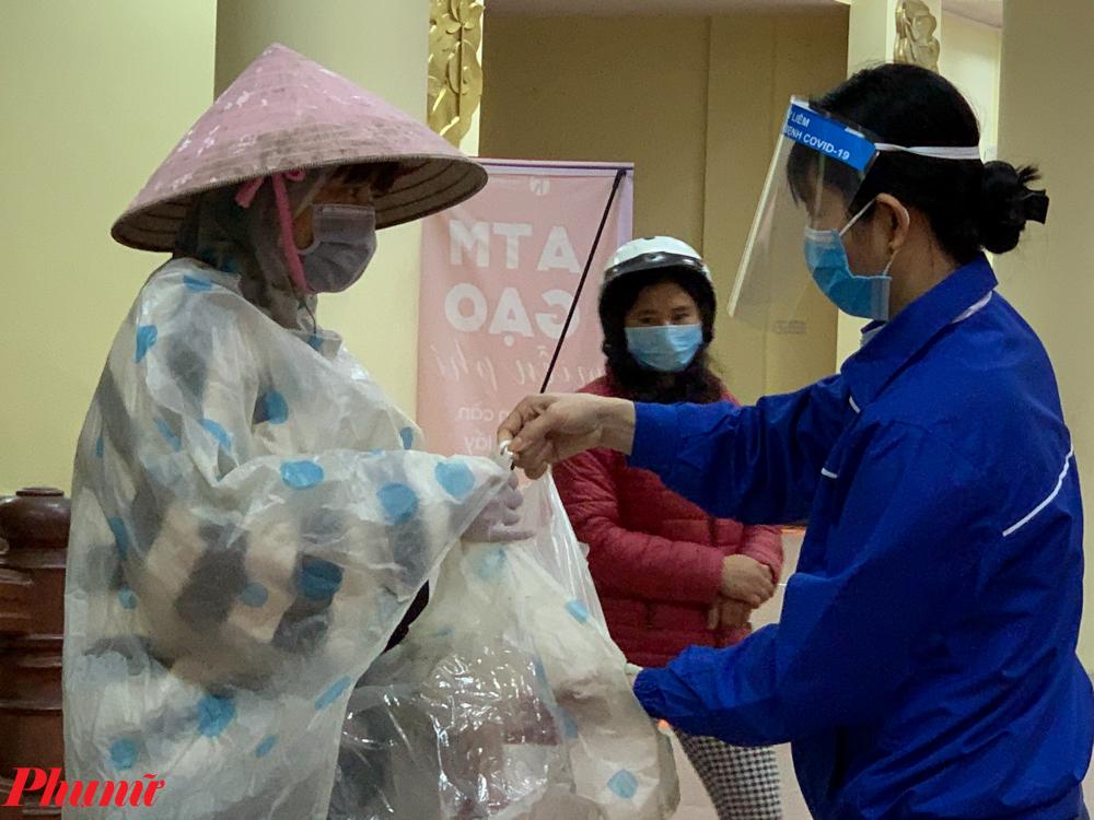 Tuy nhiên sau khi phát gạo cho nhiều người, ATM gạo thứ 2 đã bị lỗi nên các tình nguyện viên phải trao tay cho người dân.