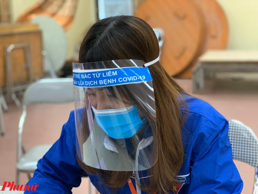 Các tình nguyện viên đeo mặt nạ chống bắn để phòng dịch.