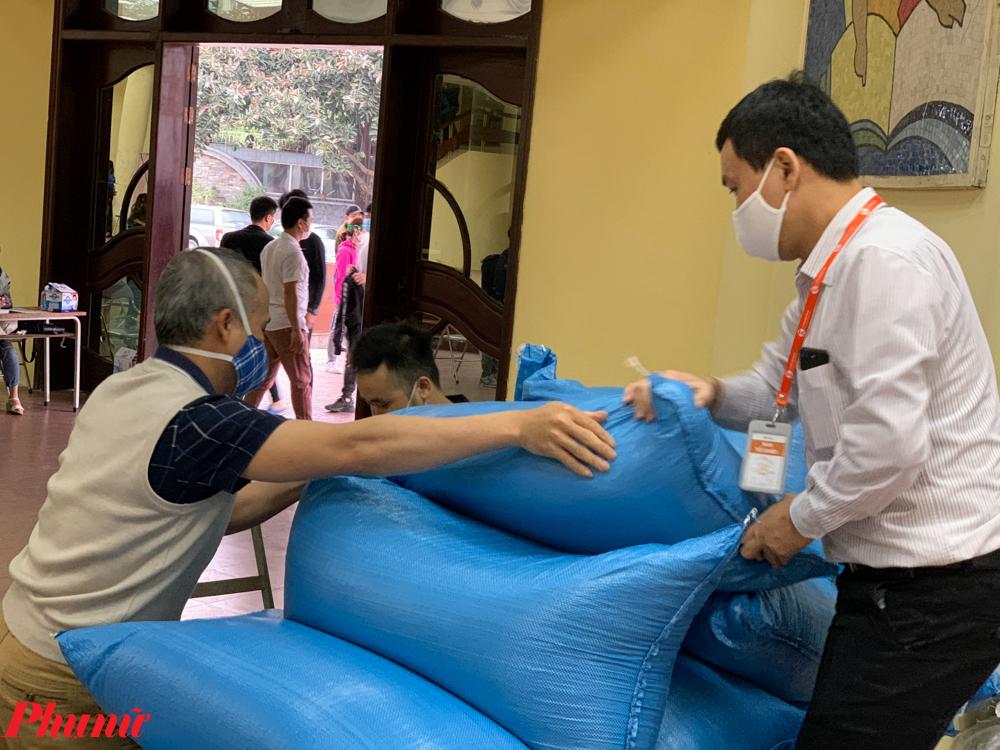 Số lượng lớn gạo được tập trung về một chỗ để tiến hành chia ra túi cho người dân.