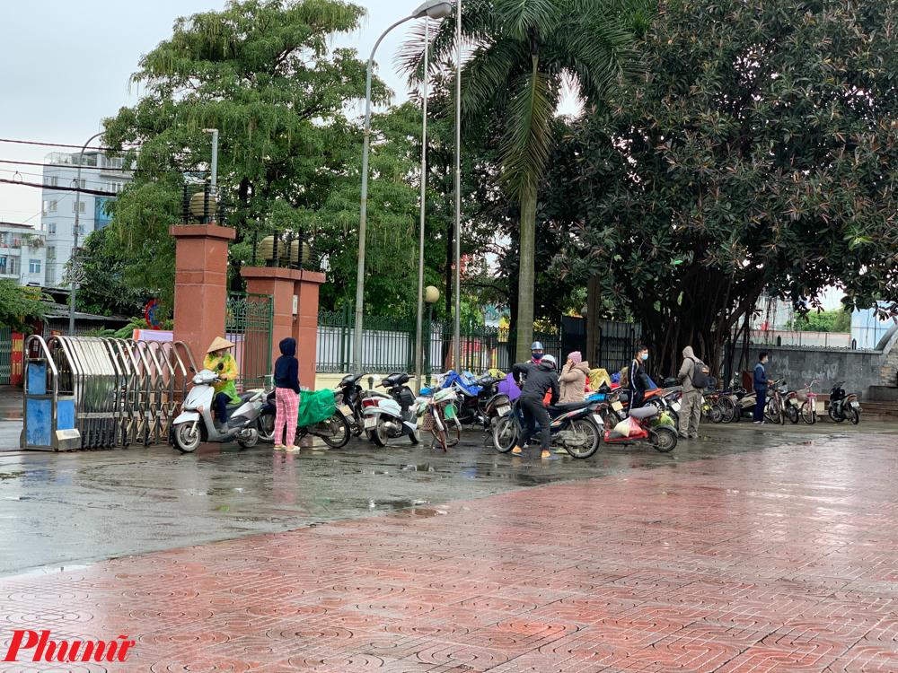 Nhóm đối tượng mà chương trình hướng tới là nhóm các đối tượng lao động nghèo, khó khăn, bị ảnh hưởng bởi dịch bệnh COVID-19. Qua quan sát, trong ngày 13/4, nhiều người đã bất chấp mưa gió để đến nhận gạo miễn phí.