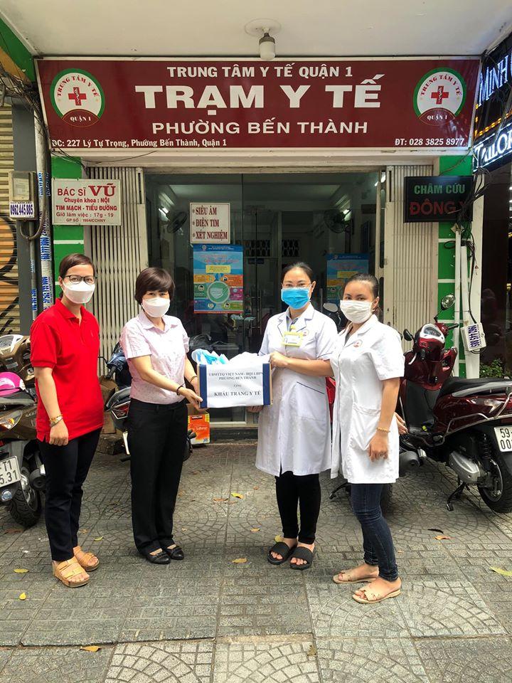 Trao khẩu trang cho Trạm y tế phường Bến Thành.