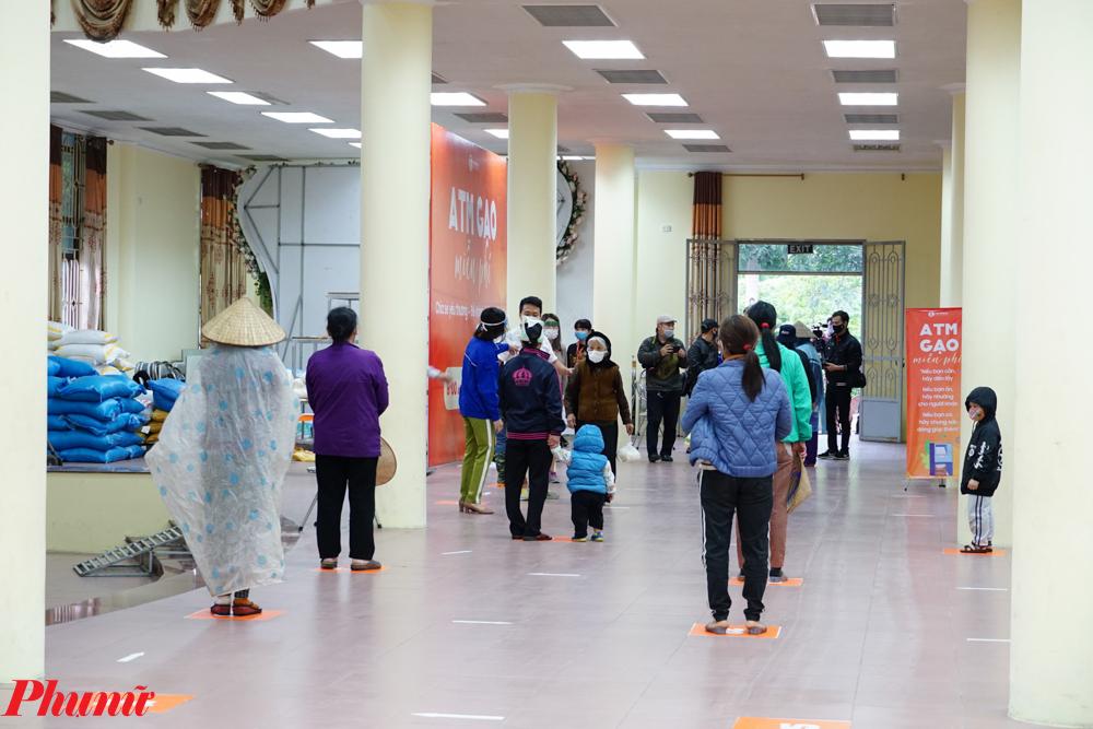 Dù mưa nhưng lượng người đến nhận gạo vào ngày 13/4 cũng lên đến hàng trăm người.