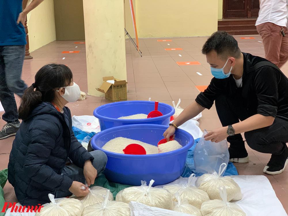 Mỗi túi gạo nhỏ này cũng là một phần quà quý giá, giúp người lao động nghèo khó vượt qua được đại dịch.