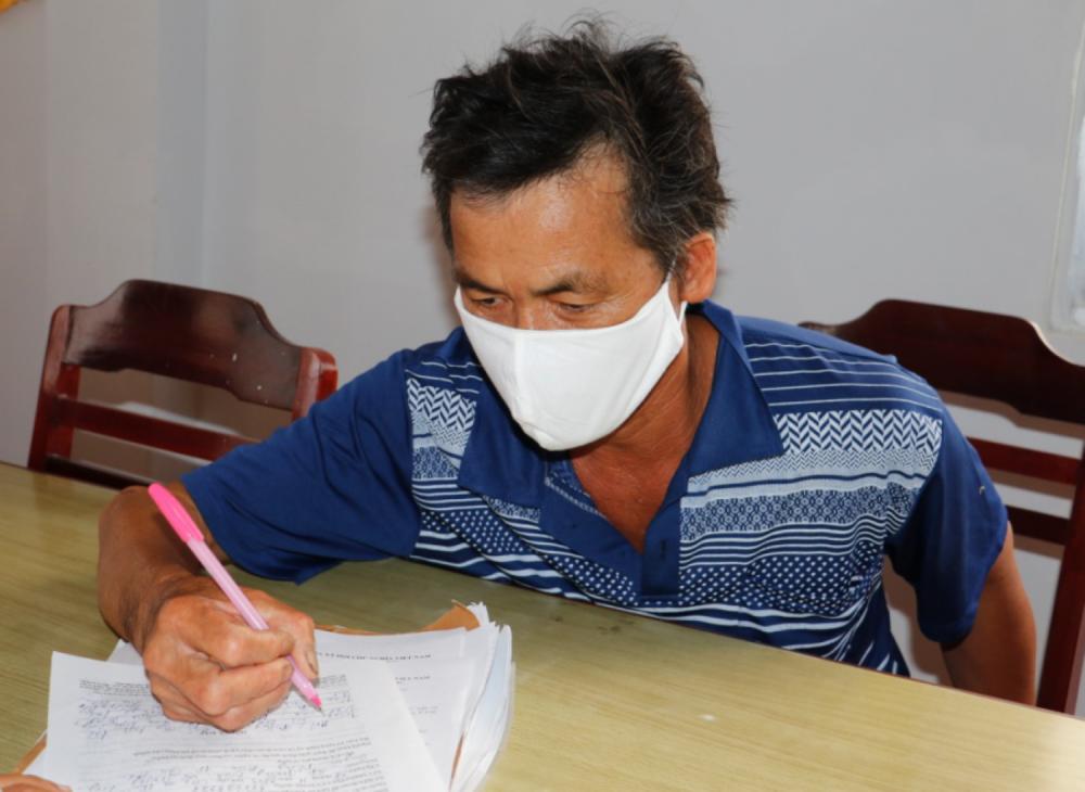 Ông Nguyễn Văn Hải ký vào biên bản ghi lời khai