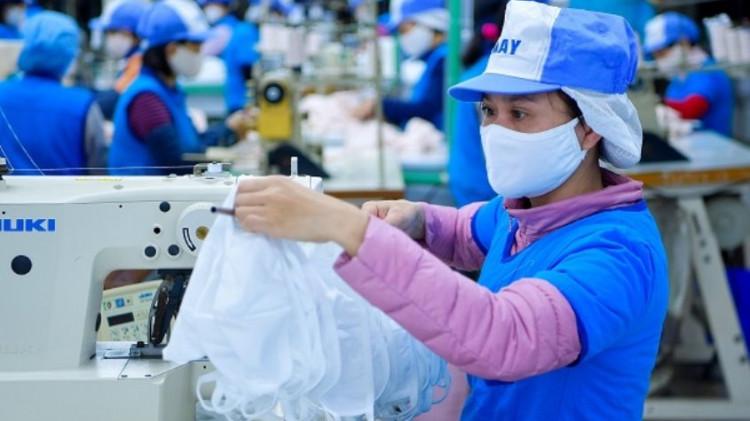 Ban Chỉ đạo quốc gia phòng chống dịch COVID-19 yêu cầu các doanh nghiệp sản xuất khẩu trang y tế, chỉ xuất khẩu sau khi đáp ứng đủ nhu cầu trong nước.