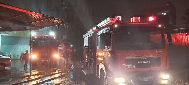Nhận tin báo, công an Đà Nẵng điều động hàng chục xe cứu hỏa tới dập lửa