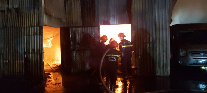 Lực lượng cứu hỏa căng mình dập lửa