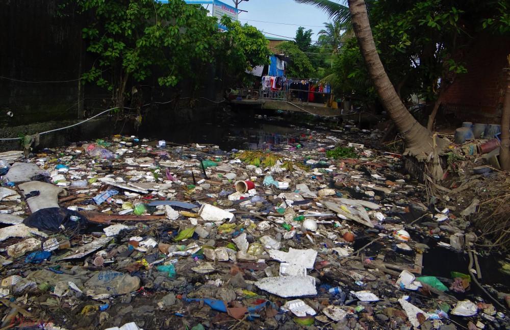 Kênh Hy Vọng, một trong ba hướng thoát nước quan trọng của sân bay Tân Sơn Nhất cũng đang bị ngập rác. Ảnh: H.N