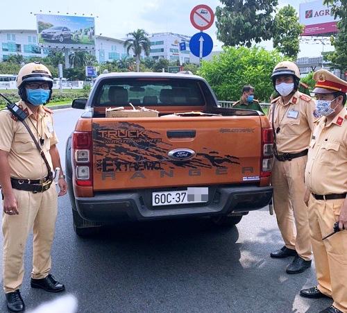 Một xe chở khẩu trang không rõ nguồn gốc bị lực lượng chức năng bắt giữ ở gần sân bay Tân Sơn Nhất.