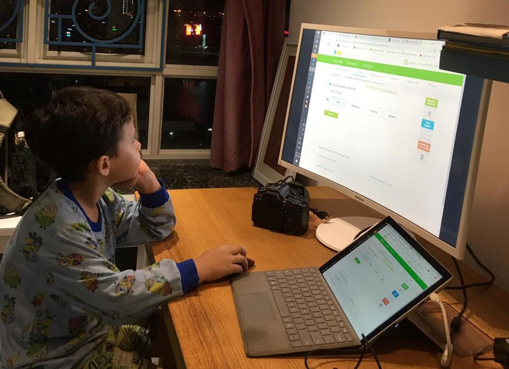 Trẻ nhỏ tuổi học online khiến cha mẹ lo lắng
