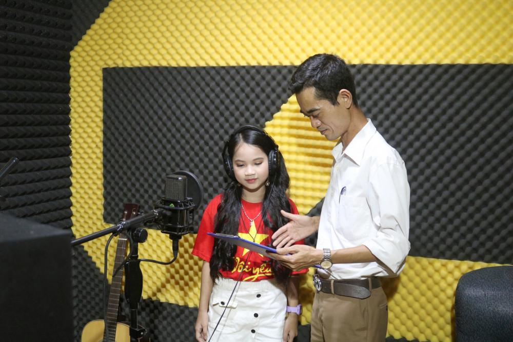 Thầy Ái tập hát cùng Khánh Hà trước khi thu âm
