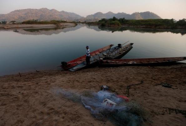 11 đập thủy điện tại thượng nguồn sông Mê Kông - đoạn Lan Thương chảy qua Trung Quốc, được cho là nguyên nhân góp phần dẫn đến khô hạn ở vùng hạ lưu.