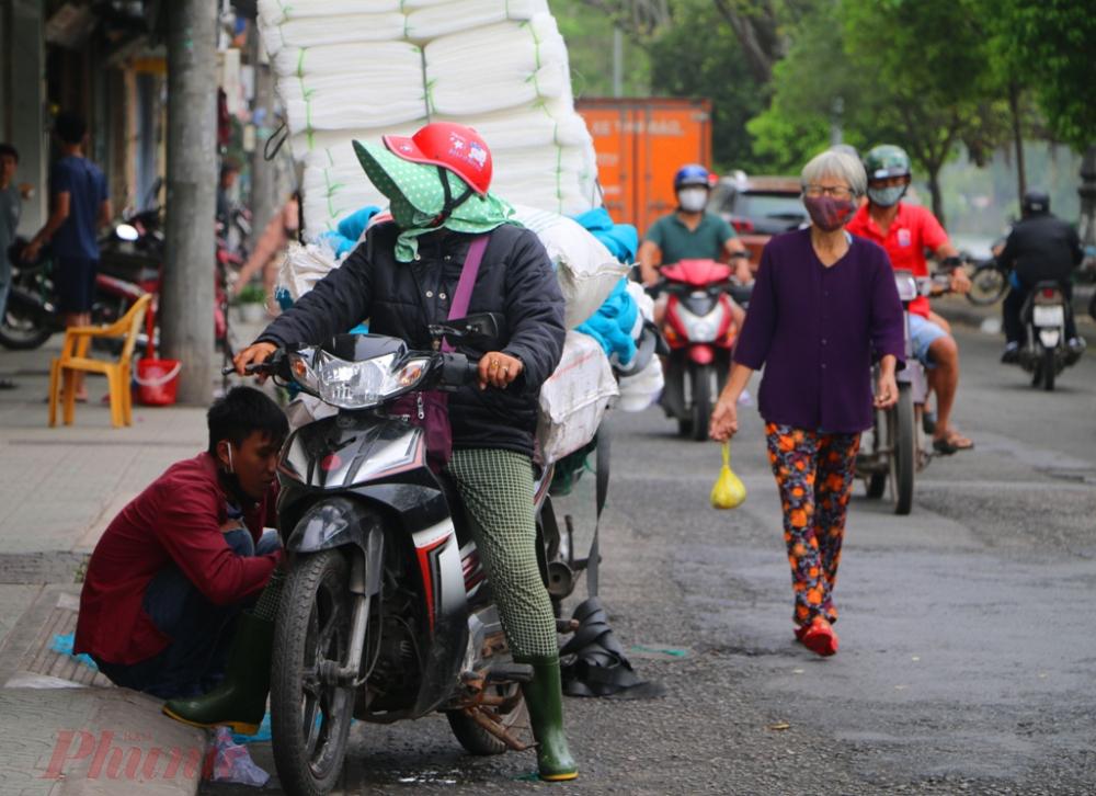 Tại tuyến phố Hùynh Thúc Kháng một thời nổi tiếng ở xứ Huế một thời về buôn bán ngư lưới cụ cho ngư dân nay hoạt động giao thương giảm hẳn