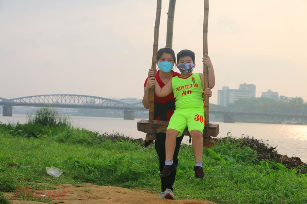Thậm chí sau khi tập thể dục buổi sáng nhiều người còn đến bến Thương Bạc để ngồi  đu tiên trên cây tre đặt sẵn bên bến sông Hương