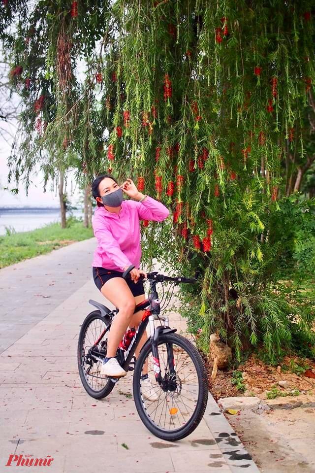 Hoặc tranh thủ giây phút tập thể dục mỗi sáng để ngắm rặng liễu mơ màng đang ngả xuống sông Hương
