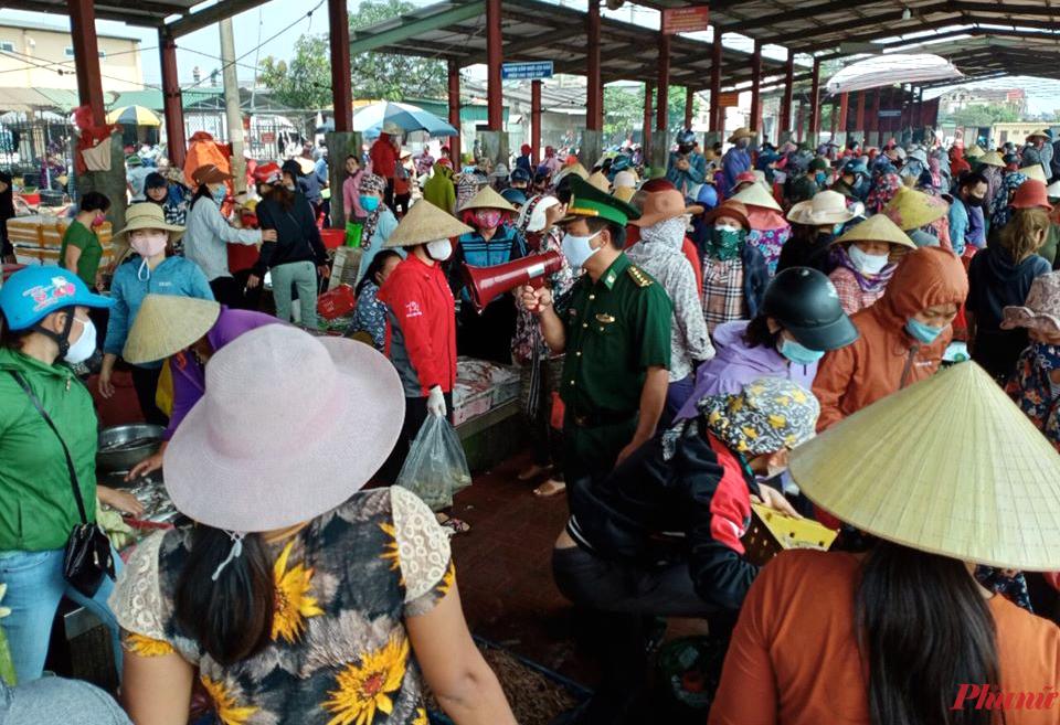 Lực lượng biên phòng tuyên truyền, phát khẩu trang cho người dân trong cảng cá