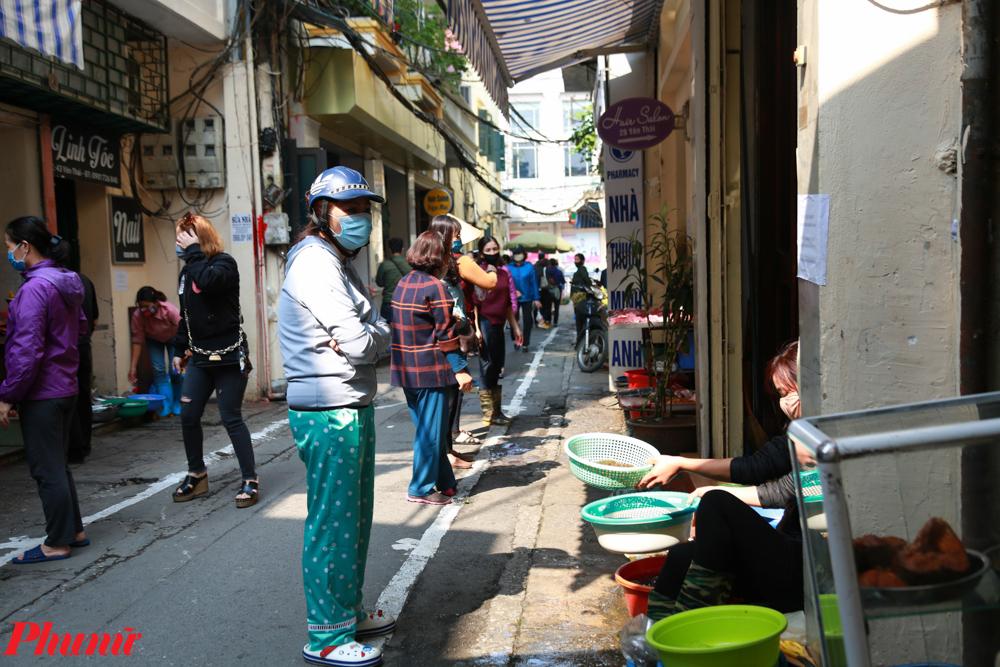 Do con phố nhỏ, việc chính quyền không cho các phương tiện vào chợ cũng khiến việc mua bán vào quy củ hơn. Chỉ có xe của các hộ gia đình sống trong khu phố được di chuyển vào trong.