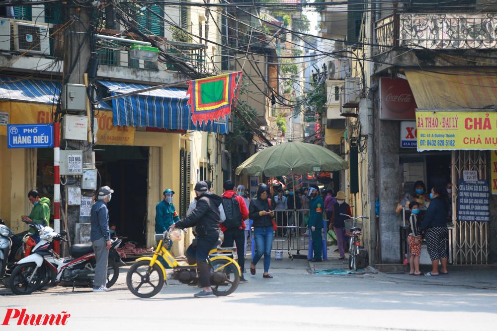 Phố Yên Thái (Hàng Gai, Q.Hoàn Kiếm, Hà Nội) tuy không phải chợ dân sinh vẫn thường tập trung rất đông người dân mua bán thực phẩm hàng ngày. Để siết chặt giãn cách xã hội, tiểu thương tại đây đã thống nhất kẻ vạch ngăn cách đứng mua hàng.