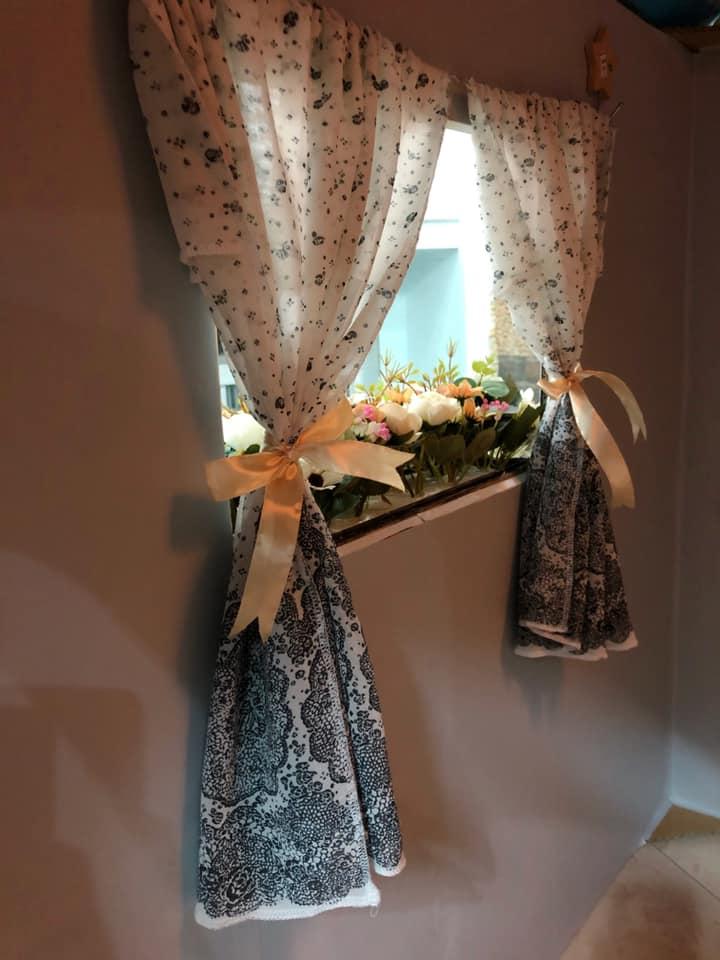 Rèm kiếm mảnh vải hợp tông màu nhà, may gấp mép có lỗ luồn sợi dây thép ở trên, cộng thêm hai móc dán vào tường nhà, căng ra hai bên là được cái rèm, thắt nơ cho xinh nh