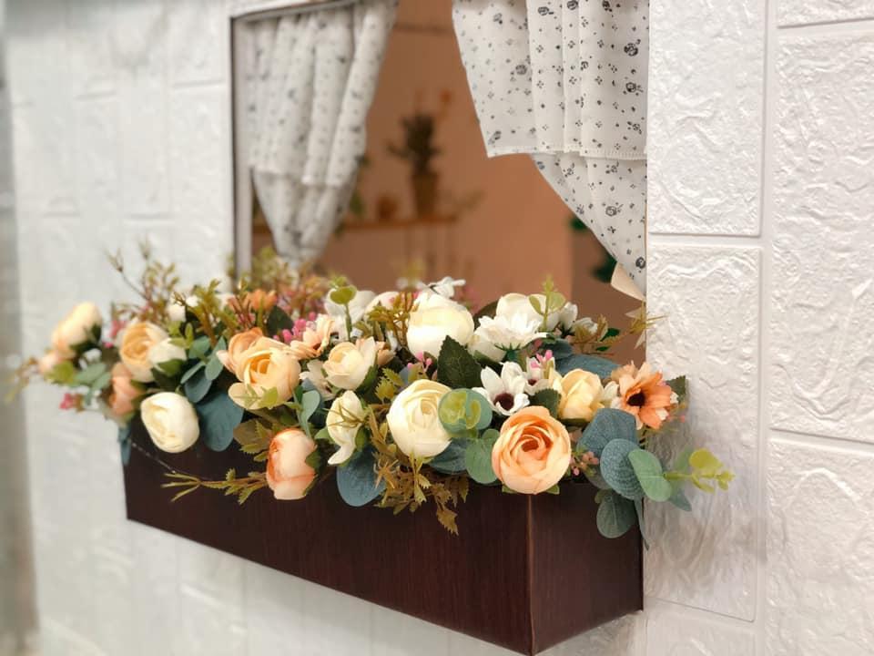 Hoa cắm vào xốp ngoài bồn hoa. Cắm xong phủ keo nến vào gốc cho chắc, phòng bạn nhỏ bạn í nhổ lên.