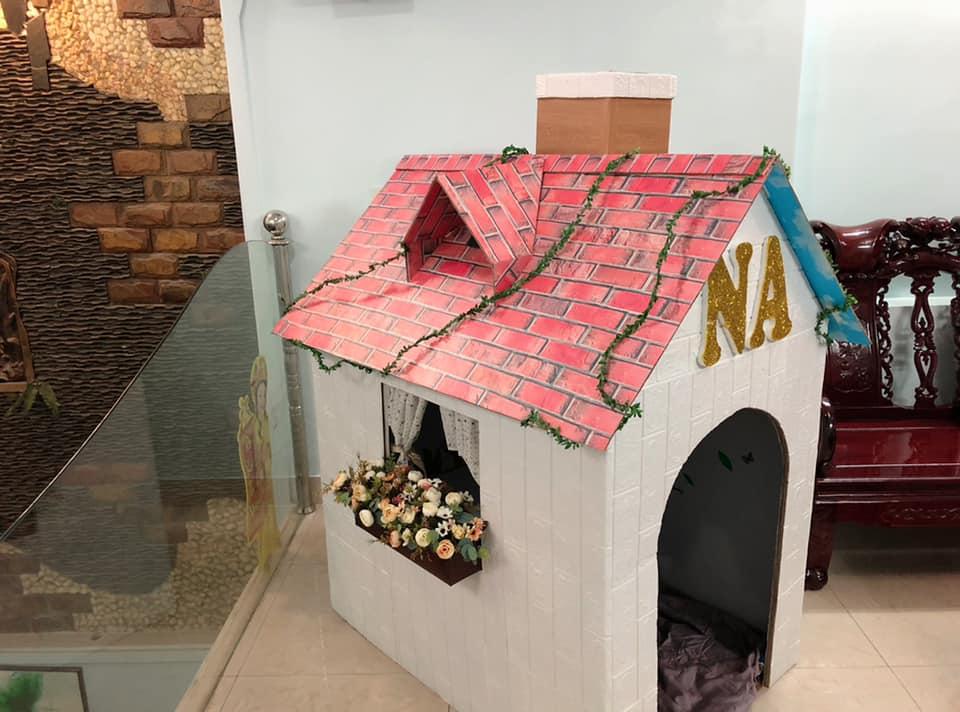 Ngôi nhà hoàn thiện có thêm ống khói, cửa sổ áp mái và trang trí dây leo. Điểm nhấn của ngôi nhà là tên bé Na được làm bằng xốp gắn ở cửa ra vào. Ảnh NVCC