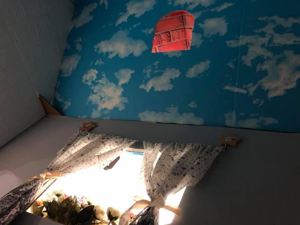 Trần nhà được trang trí màu xanh mây bồng bềnh. Chị Thảo dự định sẽ gắn thêm bóng điện chạy pin để thắp sáng và an toàn cho con. Ảnh NVCC