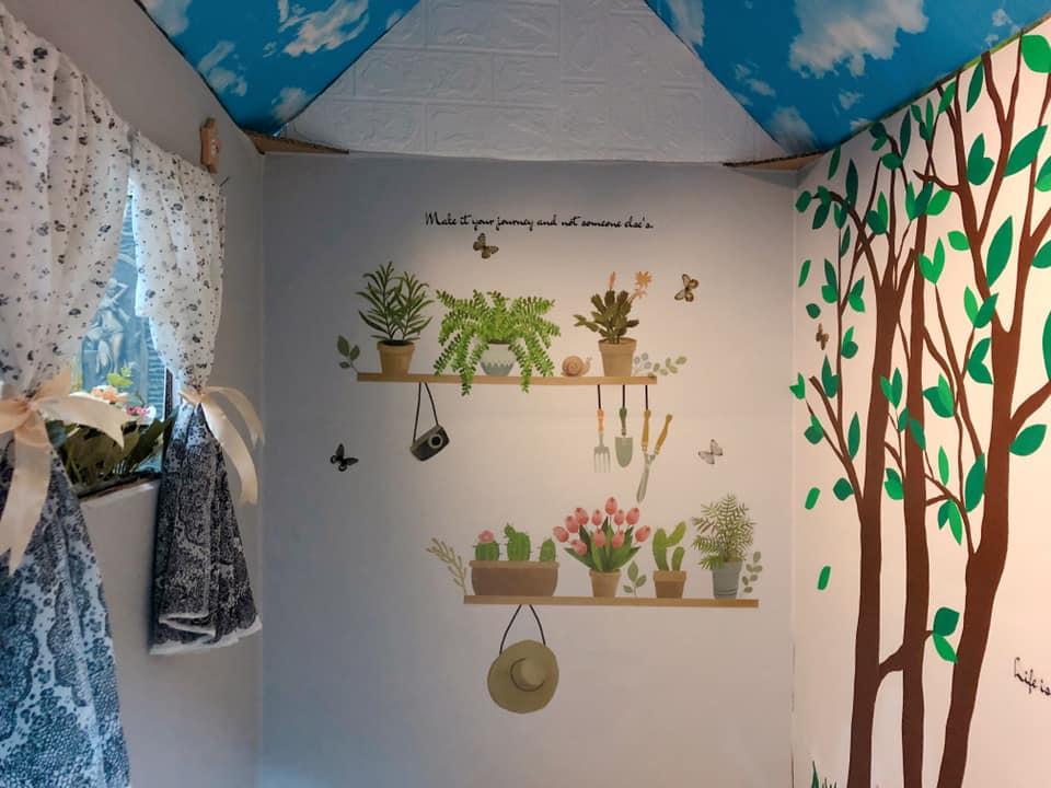 Trên tường nhà được trang trí thêm nhiều hình vẽ dễ thương, sinh động. Ảnh NVCC