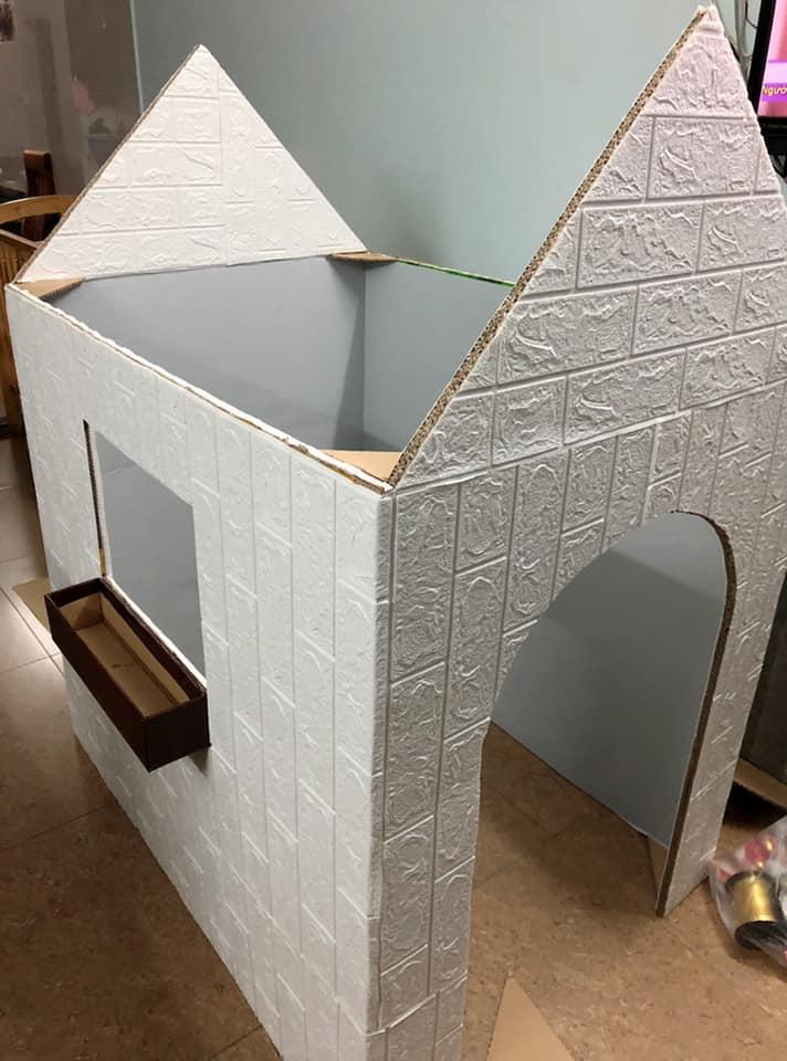 Khi làm nhà, chị Thảo dán trang trí nhà xong mới lợp mái. Chị dùng xốp 3D để dán bề ngoài và miếng dán tường dán mặt trong. Chị chia sẻ, nên chọn tông màu ghi hoặc kem cho dễ trang trí và khi làm cần có hai người, vừa kéo miếng giấy dán, vừa miết thì sẽ phẳng. Ảnh NVCC