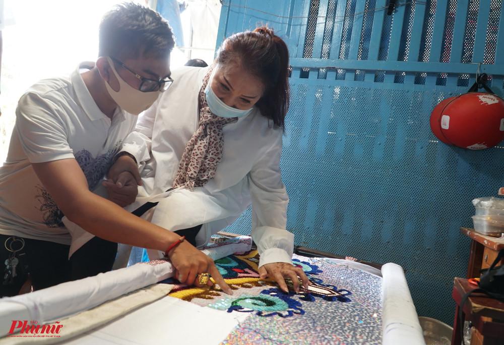 Hiện, các thành viên trong gia đình nghệ sĩ Ngọc Khanh đang làm việc tay trái, may mũ mão, đính kết cườm cho một số sản phẩm để bỏ mối ở khu vực Q.5, TPHCM. Mức thu nhập chỉ đủ để đắp đổi qua ngày