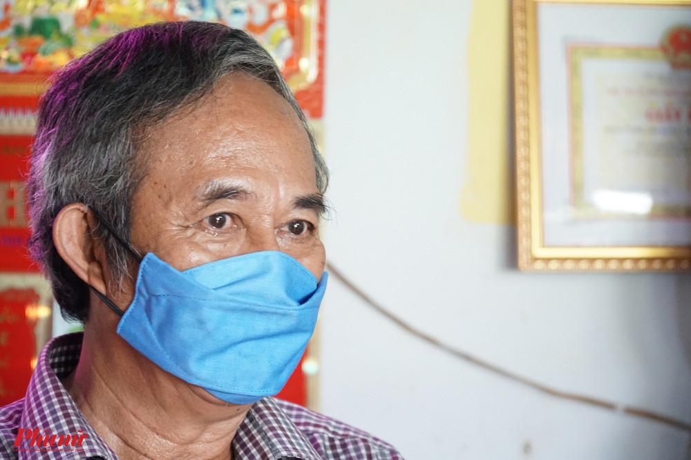 Nhân viên hậu đài Lê Mộng Long xúc động khi được gặp gỡ NSNd Kim Cương, NSND Bạch Tuyết và nhận được sự hỗ trợ trong thời điểm khó khăn này.