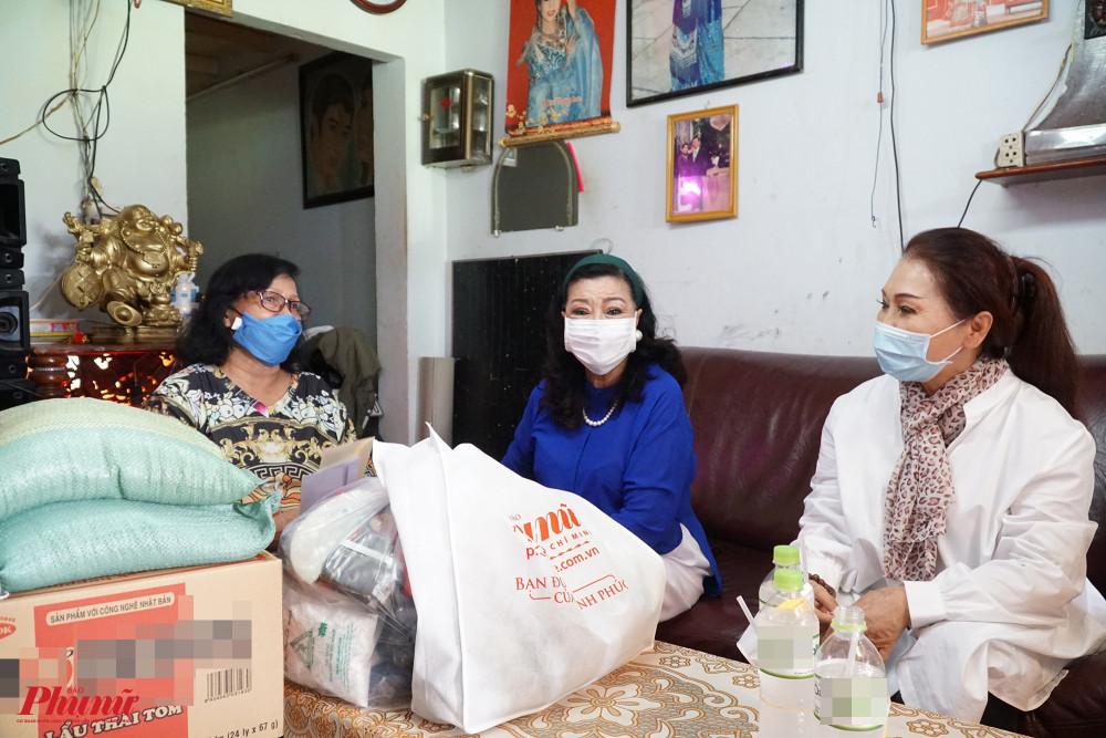 Mỗi phần quà được trao đi gồm có nhu yếu phẩm và tiền mặt. Nghệ sĩ Ngọc Khanh cũng thay mặt một số anh, chị, em nghệ sĩ trong đoàn có hoàn cảnh khó khăn nhận quà và trao lại cho họ.