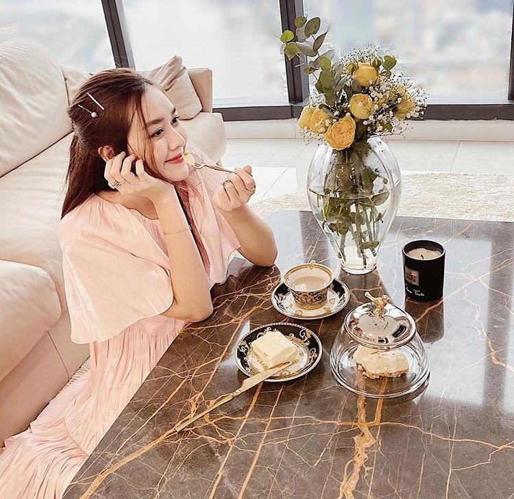 Á hậu Tường San ở nhà cách ly vẫn diện đồ xinh đẹp, make up chỉn chu chụp ảnh khoe người hâm mộ.