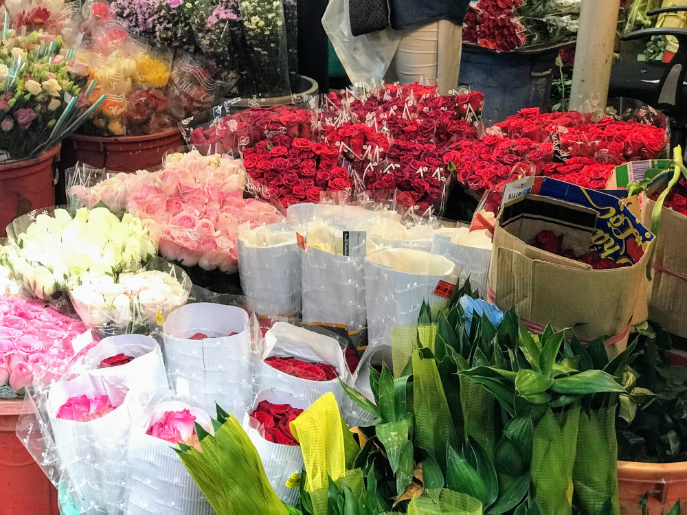 """""""Hiện giá hoa đang rẻ tại nguồn vì đang cao điểm hoa hồng tại Đà Lạt, tuy nhiên dịch không ai mua thì người bán cũng không dám lấy hàng"""", anh Tuấn cho hay."""