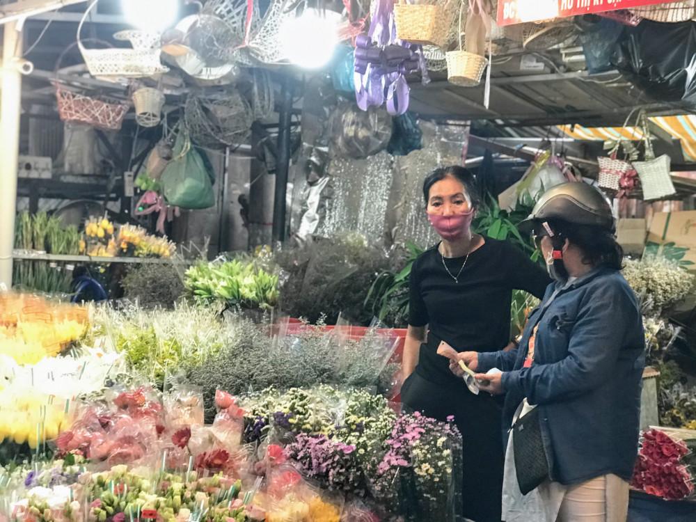 """Cũng theo thương nhân này, từ thời điểm dịch bệnh lượng bán hoa đã giảm rõ rệt tại chợ này, bằng chứng là hàng, sạp, shop đóng cửa tạm nghỉ bán, nhiều người không trụ nỗi vì tiền mặt bằng cao nên đã bỏ cọc, trả mặt bằng.  """"Mặt bằng bán hoa tại khu này cao gấp 3 lần so với shop bán quần áo, do nhà chị ở đây nên chị vẫn duy trì bán trong mùa này, chủ yêu bây giờ người ta mua hoa đám tang nhiều, chứ dịch này ai mua hoa tặng nhau"""", chị Hạnh – một thương nhân lâu năm tại Hồ Thị Kỷ tiết lộ."""