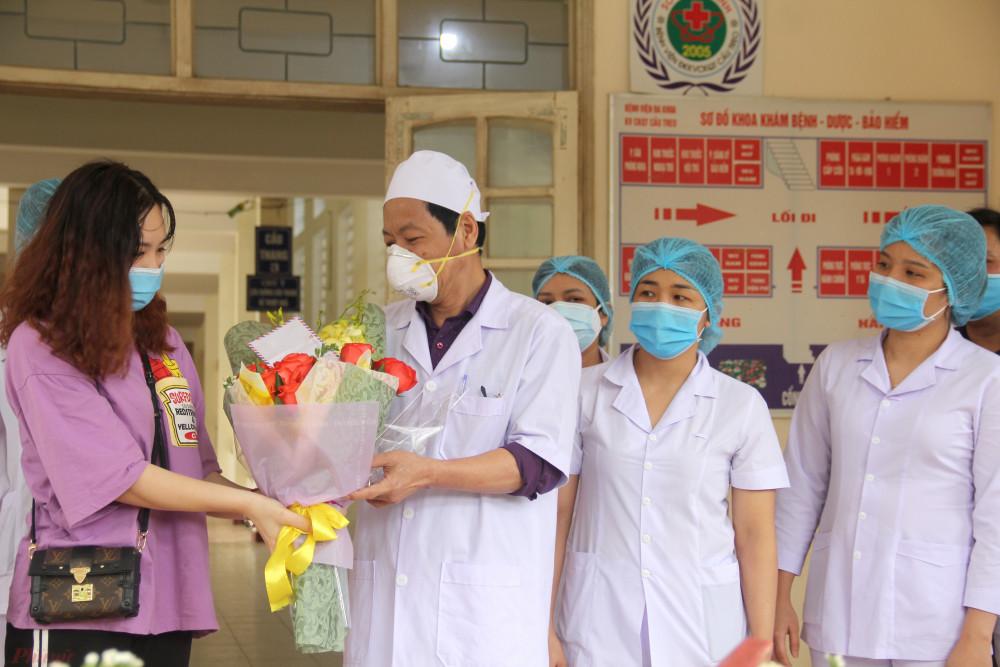 H. gửi các y, bác sĩ bó hoa cùng lời cám ơn trước lúc trở về nhà