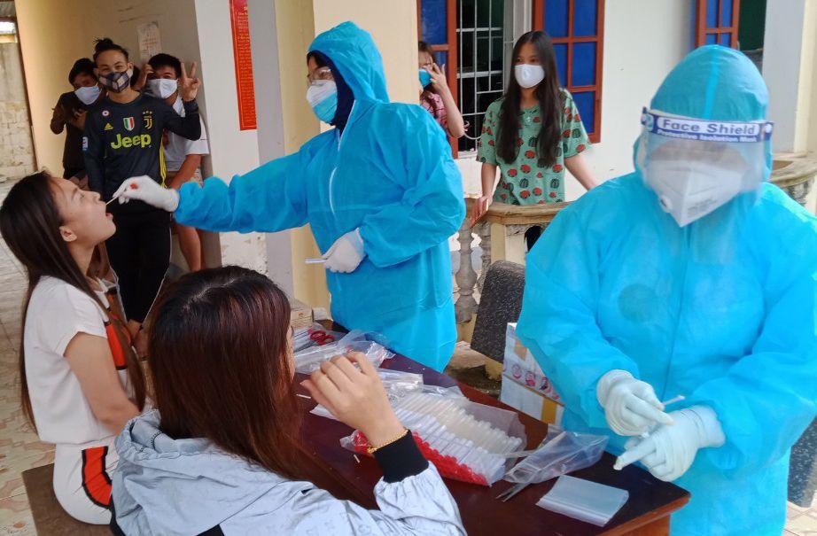 Trung tâm kiểm soát bệnh tật Hà Tĩnh lấy mẫu xét nghiệm COVID-19