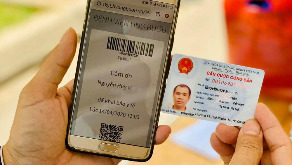 Với tờ khai y tế online, mọi người đến bệnh viện chỉ cần khai 1 lần, hệ thống sẽ tự động nhớ. Kể từ lần thứ hai trở đi, chỉ cần nhập số điện thoại di động hoặc chứng minh nhân dân, bổ sung thông tin những ngày qua, phần mềm sẽ tự cập nhật các thông tin còn lại đã có về cá nhân.   Hình thức khai báo đơn giản, người dân có thể khai báo tại nhà bằng điện thoại di động, laptop, ipad và nhớ mang theo điện thoại xuất trình màn hình hoặc mã vạch để nhân viên bệnh viện kiểm tra lại thông tin.