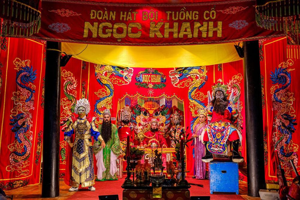 Nghệ thuật hát bội từng rất thịnh hành ở phương nam, gắn liền với các lễ hội cúng đình, miễu...