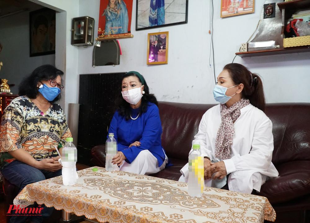 NSND Kim Cương và NSND Bạch Tuyết đến thăm nghệ sĩ Ngọc Khanh vào sáng 14/4 để trao tặng quà giúp nghệ sĩ hát bội vượt qua khó khăn trong mùa dịch