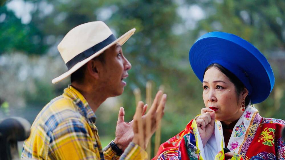Đạo diễn Huỳnh Tuấn Anh trên phim trường cùng NSND Hồng Vân.