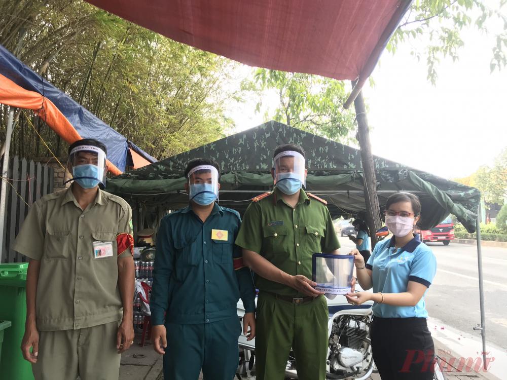 Sáng 14/4, đại diện Hội LHPN phường Tân Hưng Thuận trao quà cho các anh đang làm nhiệm vụ ở chốt kiểm soát cầu Phú Long.