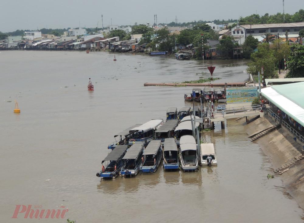 Các thuyền du lịch ở chợ nổi Cái Răng phải nằm không đợi bến
