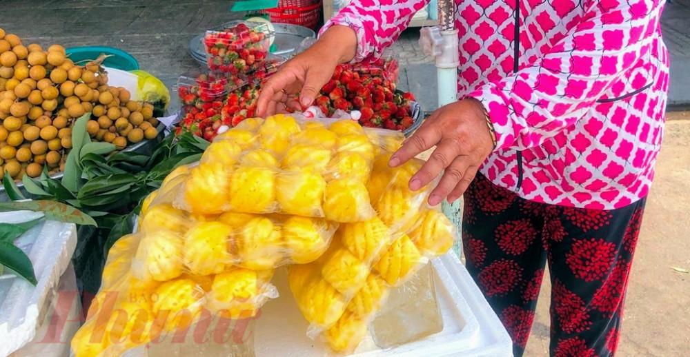 Do là hàng lạnh, nên khi bày bán tiểu thương phải để nước đá bên dưới để giữ cho thơm được tươi ngon.