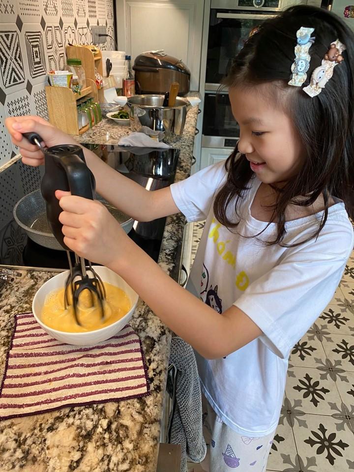Bố Nam bảo là con gái phải biết vào bếp (Ảnh nhân vật cung cấp)