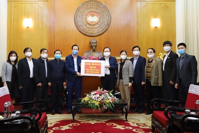 Chủ tịch Uỷ ban Trung ương MTTQ Việt Nam Trần Thanh Mẫn tiếp nhận tiền ủng hộ từ Bộ trưởng Bộ LĐ-TB&XH Đào Ngọc Dung
