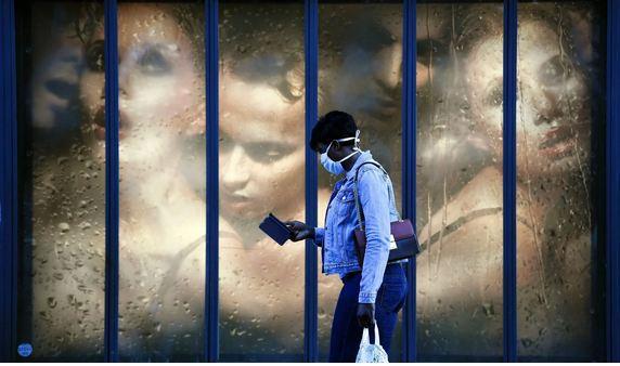 Một phụ nữ đeo khẩu trang ở Paris. Ảnh: AFP