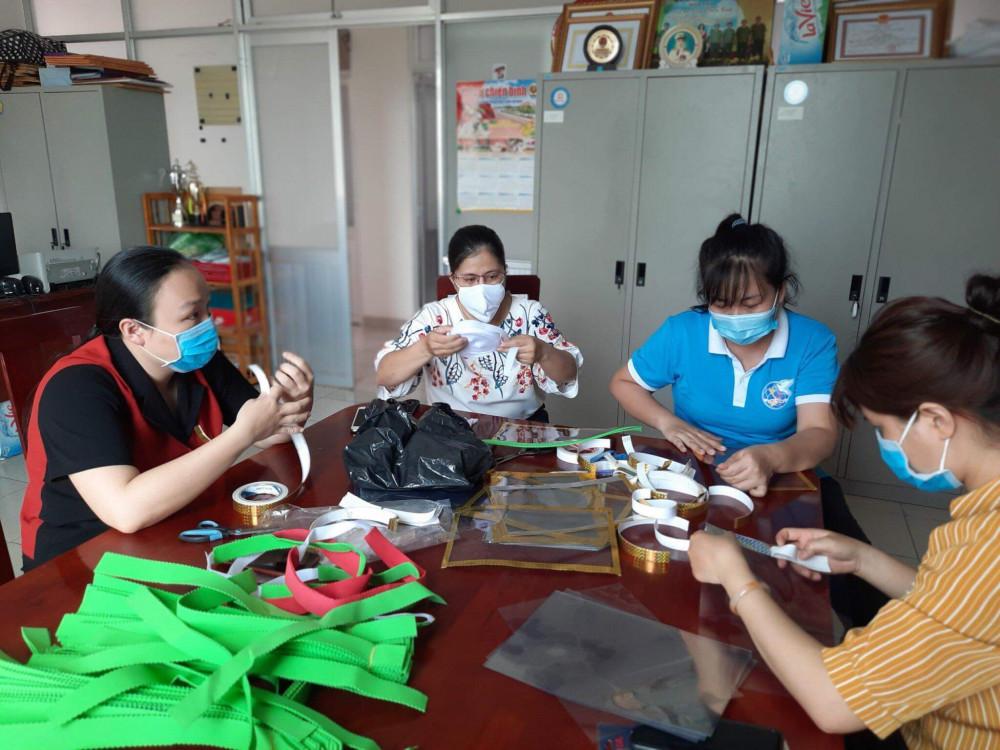 Chị em phụ nữ Tân Bình đang thục hiện làm nón chắn bọt phòng Covid -19