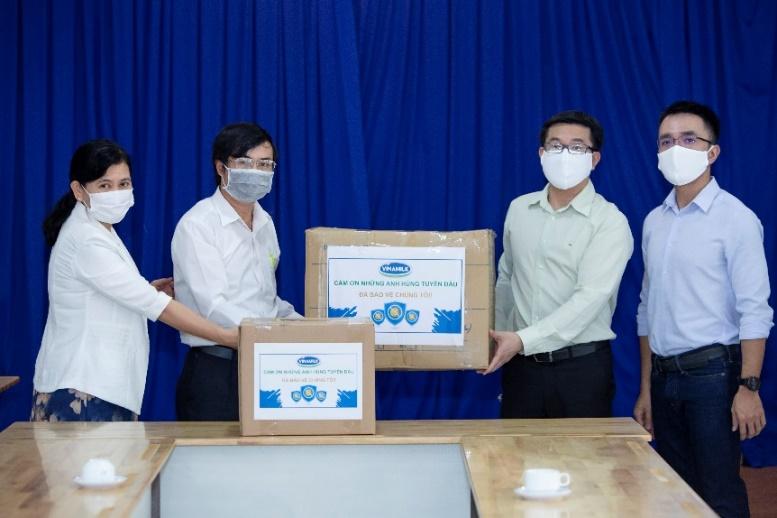 Đại diện Vinamilk thay mặt tập thể nhân viên công ty trao tặng 2.000 bộ đồ bảo hộ và khẩu trang chuyên dụng cho Sở Y tế TP.HCM. Ảnh: Vinamilk cung cấp