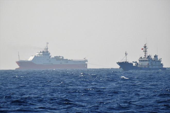 Tàu Hải Dương địa chất 8, được tàu dân binh hộ tống, khảo sát trái phép ở bãi Tư Chính - Phúc Tần của Việt Nam, tháng 10.2019 – Thanhnien(ảnh do ngư dân cung cấp)